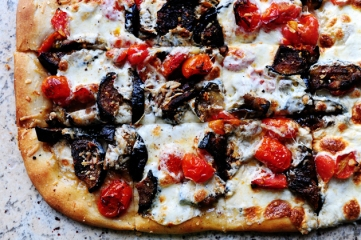 http://thepioneerwoman.com/cooking/2010/02/my-favorite-pizza/